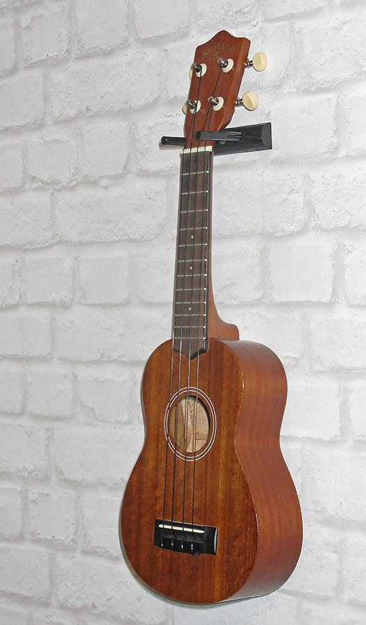 Гитара висит на стенке