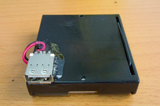 Клеим разъём к блоку батареек